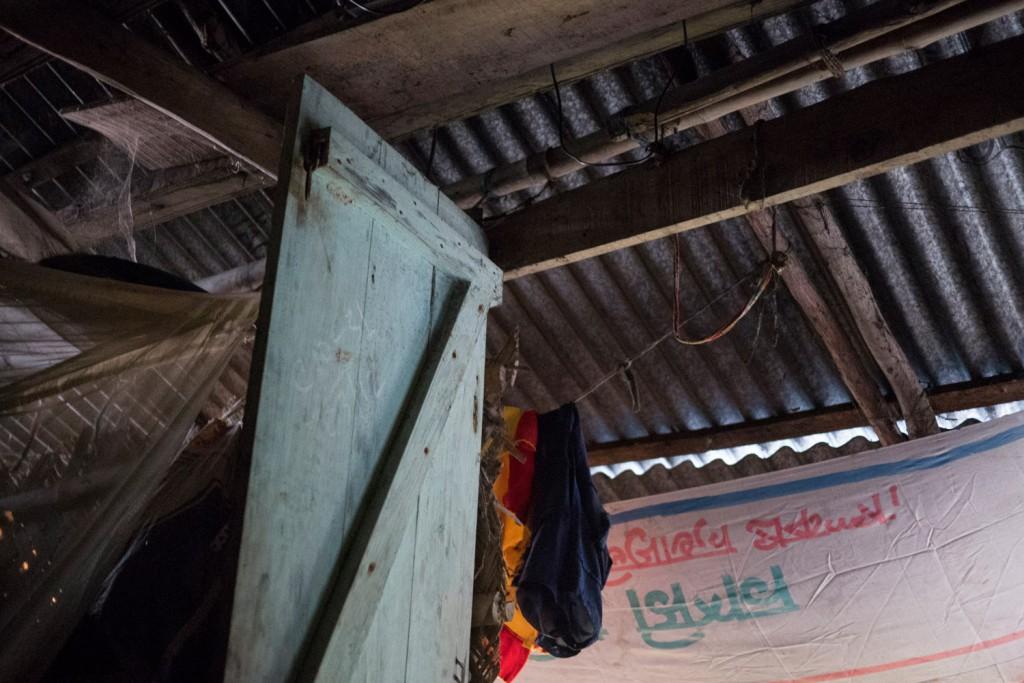 Das Haus ist aus einfachen Materialien gebaut: Lehm, Holz und Wellblech.