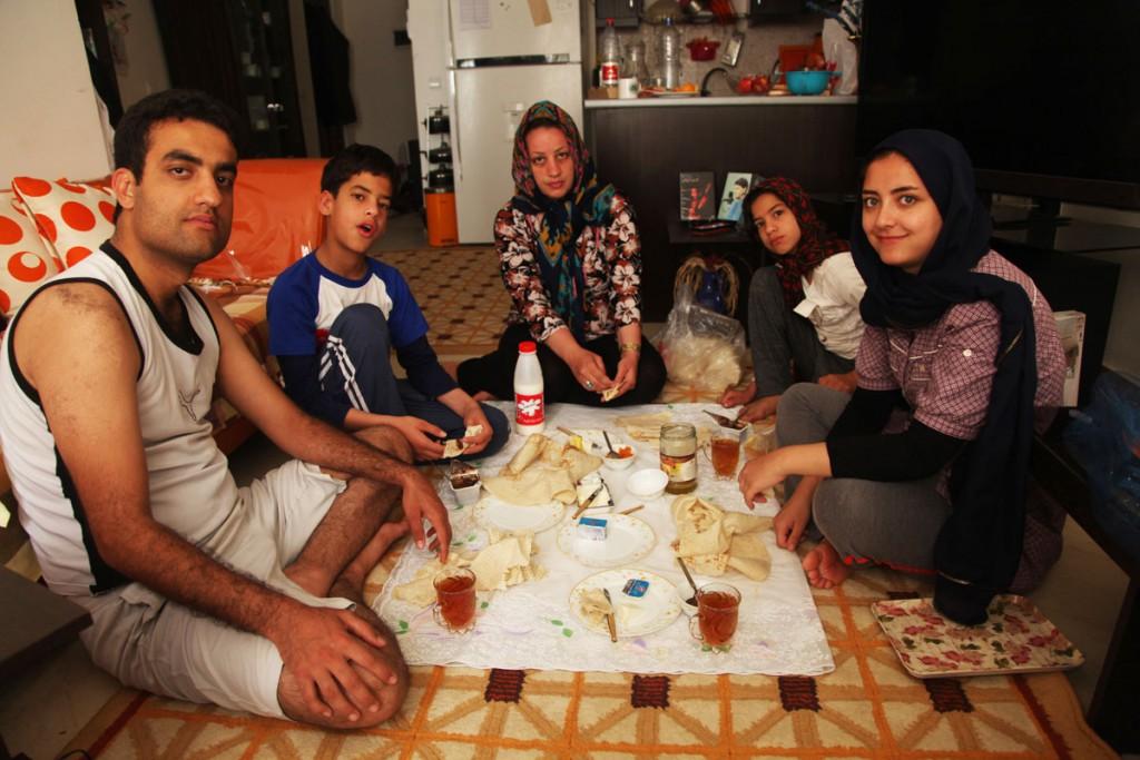Plastikfolie als Esstisch: In vielen Familien wird auf dem Boden gegessen.