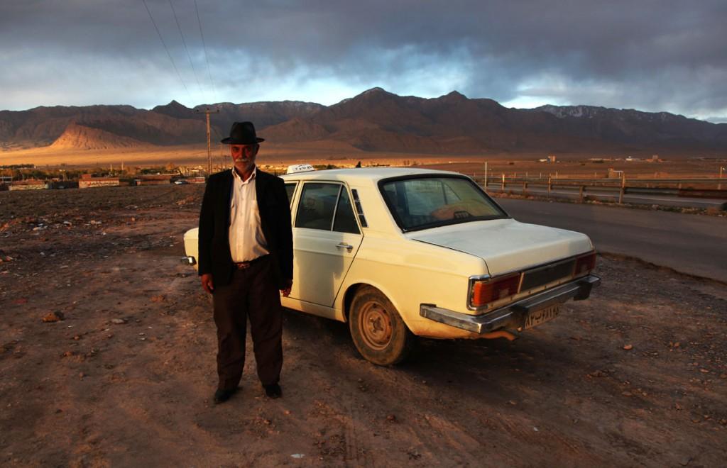 Taxifahrer in der Nähe von Kerman: Der Mann erinnerte mich total an Armin Müller-Stahl, bot mir Halva und Zigaretten an und knöpfte mir zwei Euro zu viel für die Fahrt ab – dieses Erinnerungsfoto war es mir wert.