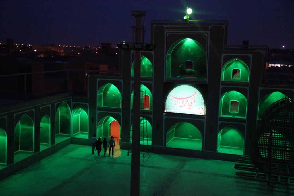 Abendstimmung in Yazd: Händchenhalten in der Öffentlichkeit ist eigentlich gegen die Regeln – wenn keiner hinguckt, machen es die jungen Leute trotzdem.
