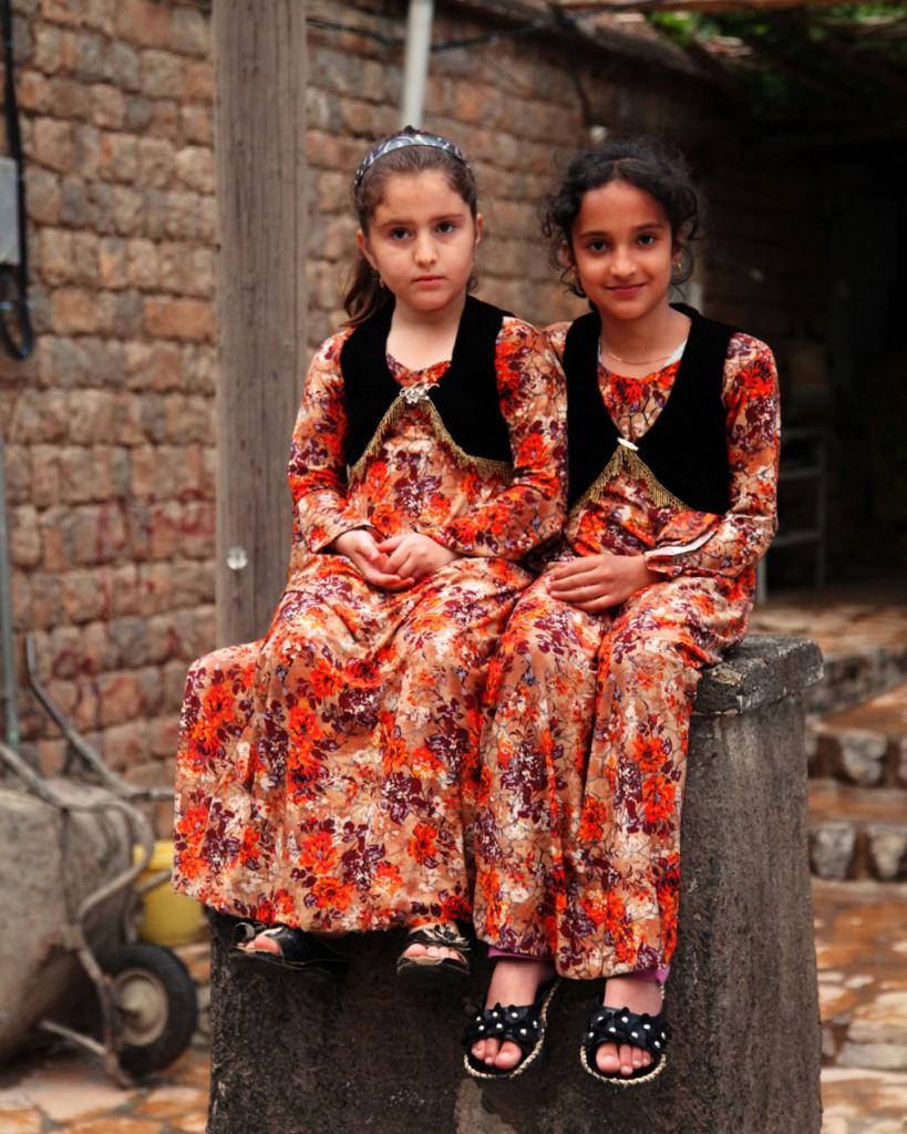 Mädchen in Hajij im Westen Irans: Das kleine Bergdorf könnte eines Tages ein populäres Touristenziel werden. Allerdings liegt er nah an der Grenze zum Irak, wo man sich derzeit genau informieren sollte, wie sicher eine Reise ist.