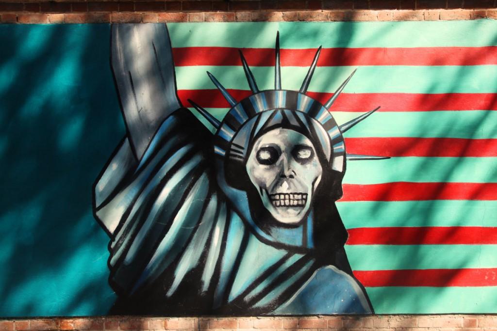 Freiheitsstatue mit Totenkopf: An der ehemaligen amerikanischen Botschaft in Teheran sind solche Graffiti zu sehen.