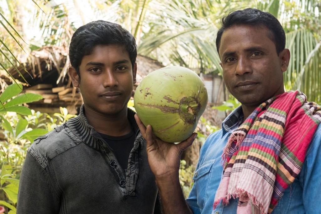 Der Hausherr mit seinem Sohn und einer gerade extra für mich vom Baum geholten Kokosnuss, obwohl ich vehement versuchte deutlich zu machen, dass das wirklich nicht nötig sei.