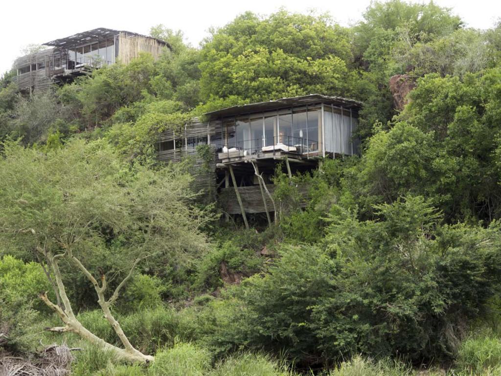 Die Bungalows der Singita Lebombo Lodge fügen sich schick in die Umgebung ein.