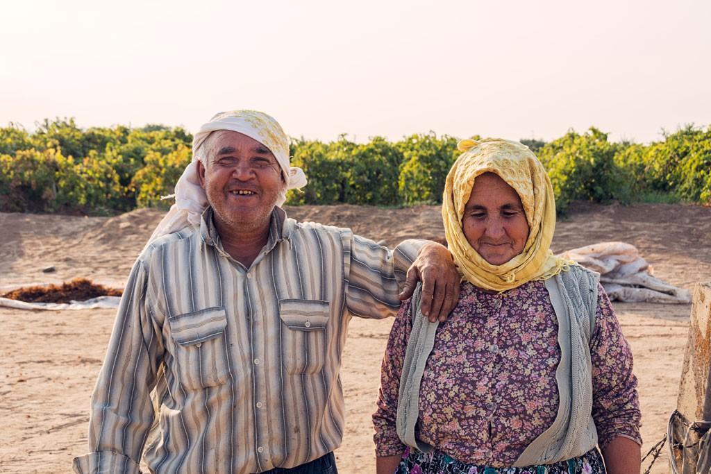 Eigentlich wollen wir nur kurz nach dem Weg fragen. Aber diese freundlichen, interessierten Rosinenbauern überwältigten uns mit ihrer Gastfreundschaft. Wir werden eingeladen zum Mittagessen und mit allerlei Trauben und Rosinen überhäuft.