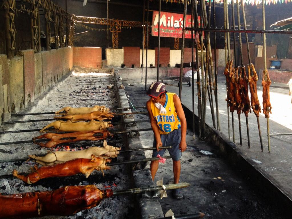 In der Mittagspause gibt es Lechon Baboy, es ist köstlich. In der Schweine-Bräterei werden ganze Tiere am Spieß zubereitet.
