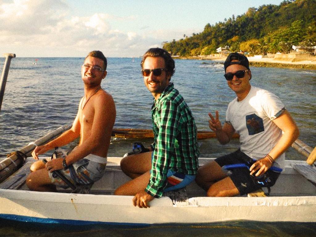Ich teile mein Boot mit zwei Holländern, die mir erzählen, dass ihre Lieblingsattraktionen auf den Philippinen die Betten einheimischer Mädels sind. Sie tindern sogar noch auf dem Boot.