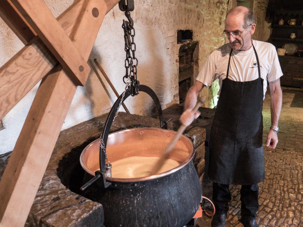 Der Tête de Moine ist älter als die Schweizer Eidgenossenschaft (1291). Bereits im 12. Jahrhundert wird er in Zusammenhang mit dem Kloster Bellalay erwähnt. Heute wird er in weniger als zehn Käsereien hergestellt.