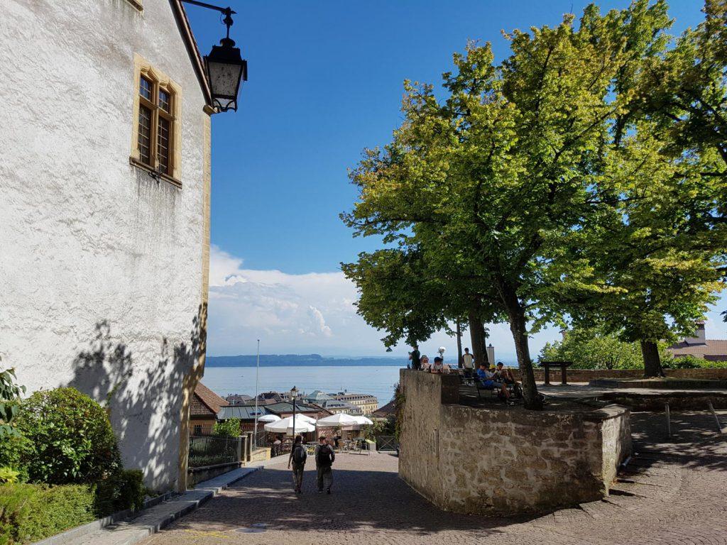 Neuchâtel, im deutschen Neuenburg genannt, liegt am Ufer des Neuenburgersees und geht auf das 12. Jahrhundert zurück.
