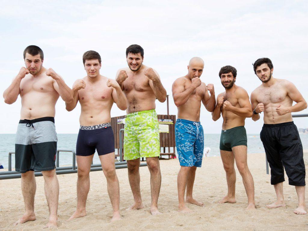 Junge Männer am Strand: Am Kaspischen Meer ist jeden Tag Schaulaufen angesagt. © gullivertheis.de