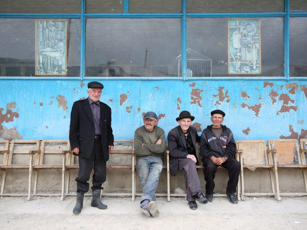 Männer im Stadtzentrum: In Balkhar, in den Bergen südlich von Makhatschkala, scheint die Zeit stehengeblieben zu sein.  © gullivertheis.de