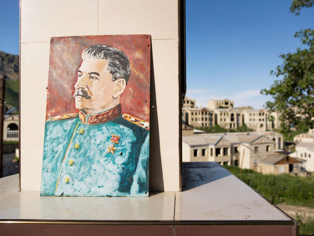 Stalin im Ortszentrum: Eine Autostunde entfernt von Balkhar liegt Shukti, ein Ort, in dem ein Millionär 200 Luxushäuser errichten wollte. Doch kurz vor der Vollendung starb er - die Behausungen wurden nie fertig gestellt. © gullivertheis.de