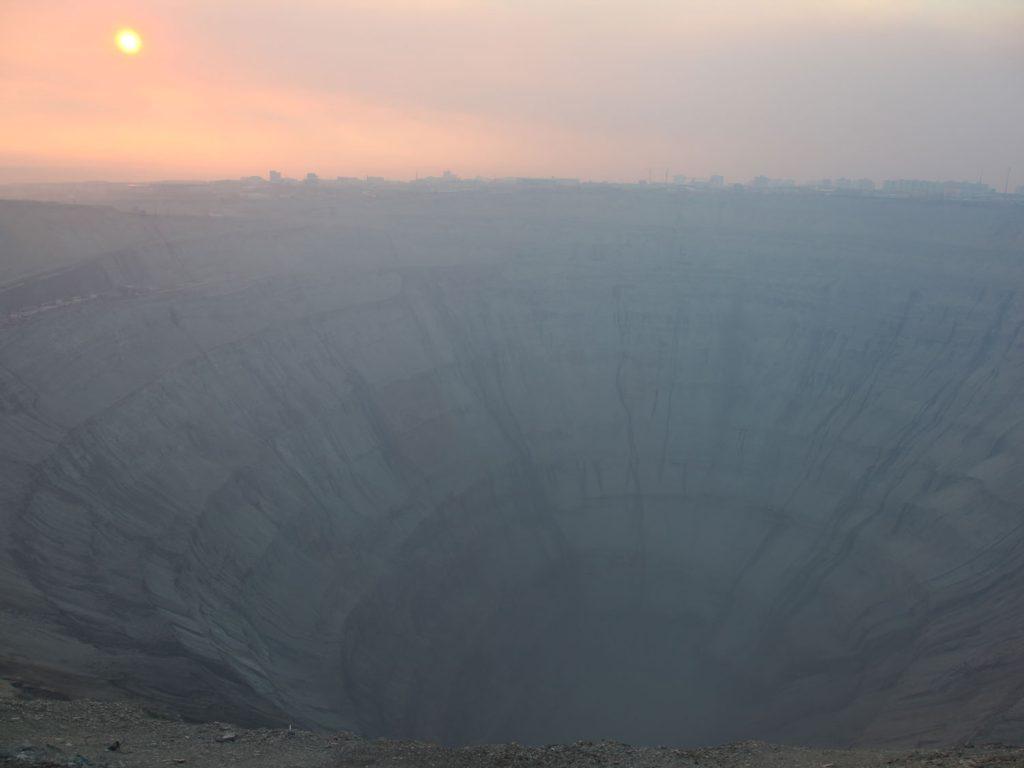 Apokalyptische Stimmung: Bei meiner Ankunft in Mirny ist es neblig, die Luft riecht nach Schwefel.