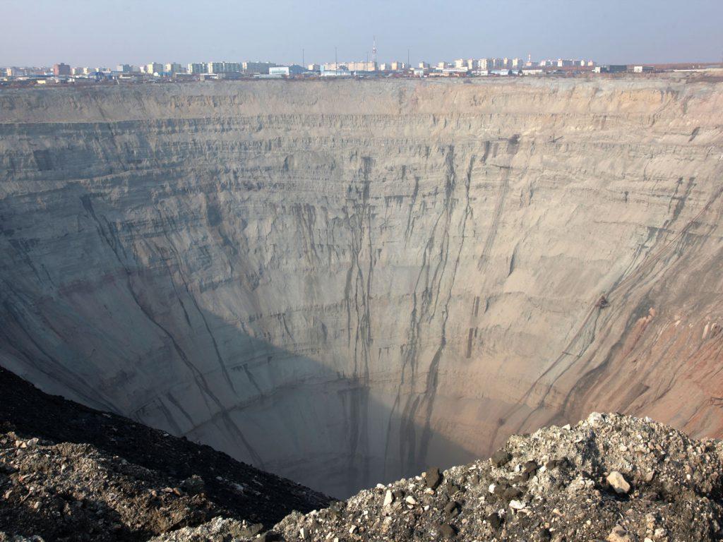 Das im Hintergrund, das sind Häuser: In Mirny im tiefsten Sibirien wohnen die Menschen direkt neben einem riesigen Krater.
