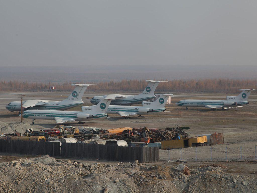 Am Flughafen von Mirny stehen ausrangierte Tupolew-Maschinen herum.