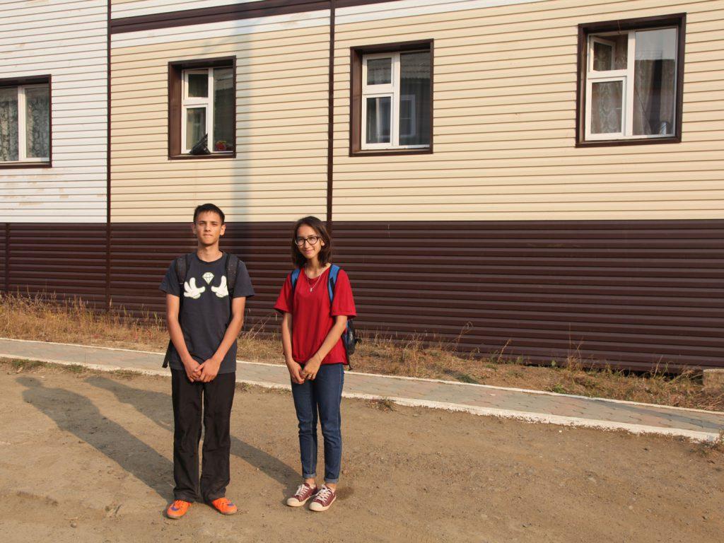 Schulkinder Olga und Sergeij: Die beiden freuten sich sehr, mal einen Ausländer zu treffen, um ihr Englisch üben zu können.
