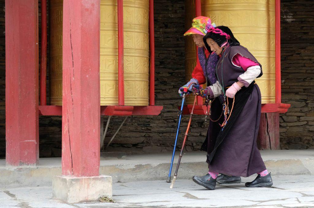 Reisetipp: Die tibetisch geprägte Umgebung des Dorfes Tagong (Sichuan-Provinz) ist absolut sehenswert und eignet sich gut für Wanderungen zu buddhistischen Tempeln. Eine gute Höhenanpassung ist aber wichtig, man ist hier deutlich über 3000 Metern.