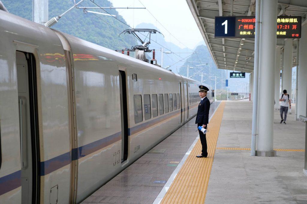 China ist ein Zugreiseland. Die Hochgeschwindigkeitszüge sind günstig und meist auf die Minute pünktlich. Wer auf der Kurzstrecke in ein ungemütliches Flugzeug steigt, ist selber schuld.