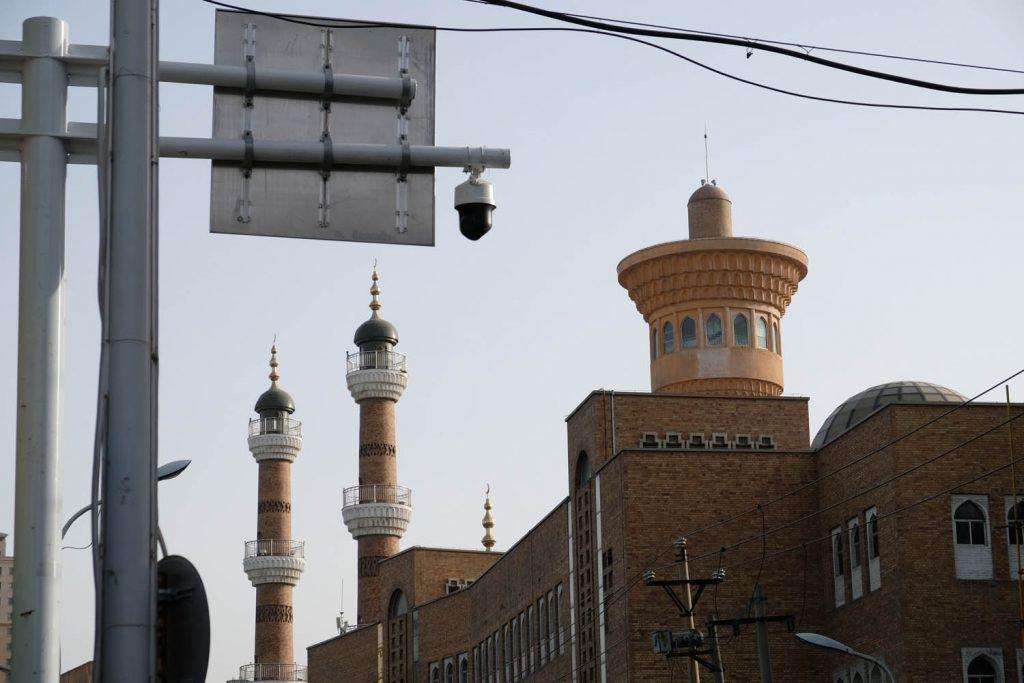 In der Xinjiang-Provinz zeigt sich die düsterste Seite dieser Hightech-Welt: Die Überwachungstechnologie wird eingesetzt, um jeden in ein Erziehungscamp zu schicken, der als gläubiger Muslim auffällt.