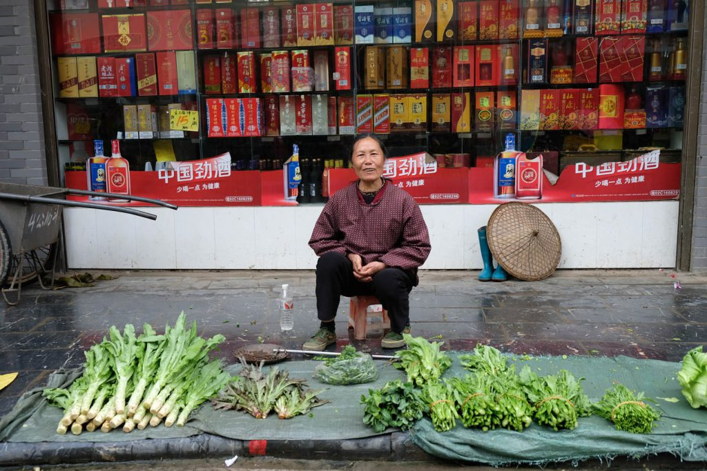 Was praktisch ist, wird nicht hinterfragt: Bezahlen per Handy beispielsweise ist so üblich, dass die meisten Chinesen gar kein Bargeld mitnehmen, wenn sie das Haus verlassen. Obwohl bekannt ist, dass der Staat Zugriff auf die Transaktionsdaten hat. Auch diese Straßenhändlerin hatte einen Barcode bei sich, um auf digitalem Weg Geld annehmen zu können.