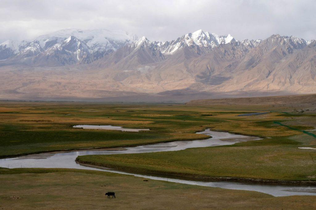 Noch spektakulärer wird die Landschaft auf dem Karakorum-Highway in der Xinjiang-Provinz. Allerdings ist die Region kein unproblematisches Reiseziel – hier experimentiert China mit der Totalüberwachung von Muslimen und hat ein Lagersystem errichtet, das von Menschenrechtsorganisationen scharf kritisiert wird.