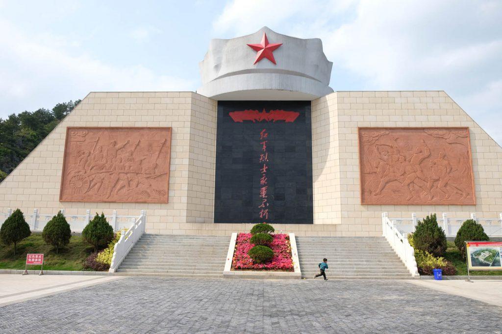 Japan ist noch ein großes Thema. Unter Präsident Xi Jingping wird weiter die Erinnerung an Gräueltaten aufrecht erhalten, die vor vielen Jahrzehnten stattfanden – wie an diesem neugebauten Kriegsdenkmal in der Nähe von Guilin.