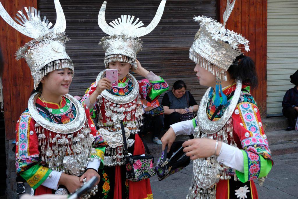 Die traditionellen Kostüme der Miao-Minderheit sind hier häufig zu sehen. Gegen einen kleinen Obulus können Touristen sich ein solches Outfit ausleihen, um Fotos zu machen.
