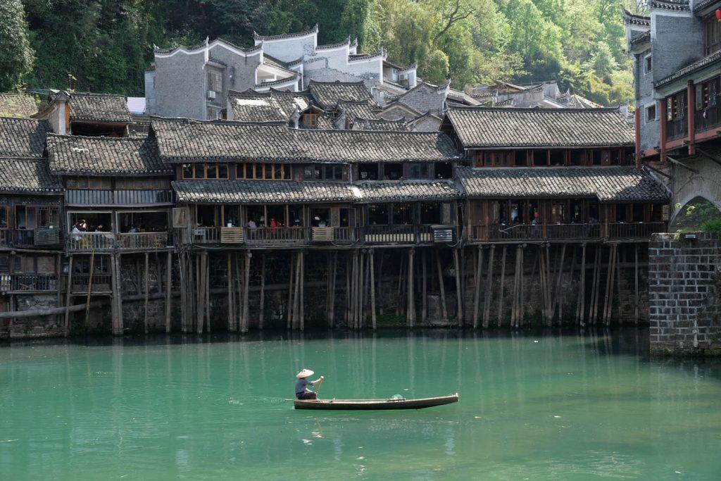 In Fenghuang ist China noch so, wie man sich das Land aus alten Bildbänden vorstellt. Allerdings ist die Zahl der Touristen inzwischen enorm hoch.