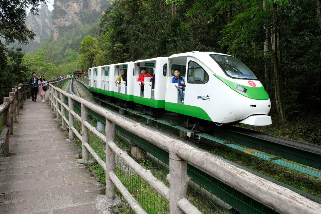 Für Outdoor-Fans sind viele Naturgebiete in China trotzdem ein enttäuschendes Terrain: Die Wege sind so angelegt, dass sie selbst mit Stöckelschuhen begehbar sind, und Gondelbahnen, Luxusbusse und Bummelzüge ermöglichen Massentourismus auch in Regionen, die lange nur für erfahrene Wanderer erreichbar waren (Bild: Bergbahn im Wulingyuan-Nationalpark, Hunan-Provinz).