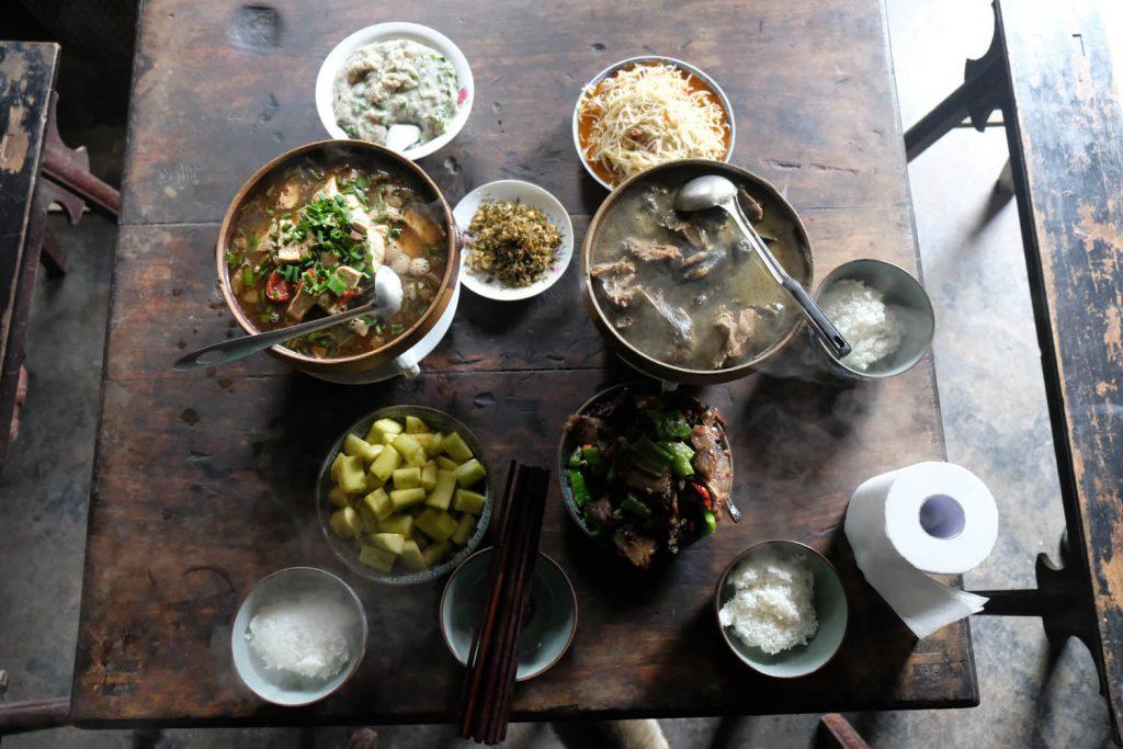 Kulinarisch wird auch in ländlichen Gegenden einiges geboten. Für europäische Augen ist nur die Verwendung von Klopapier als Serviette gewöhnungsbedürftig.