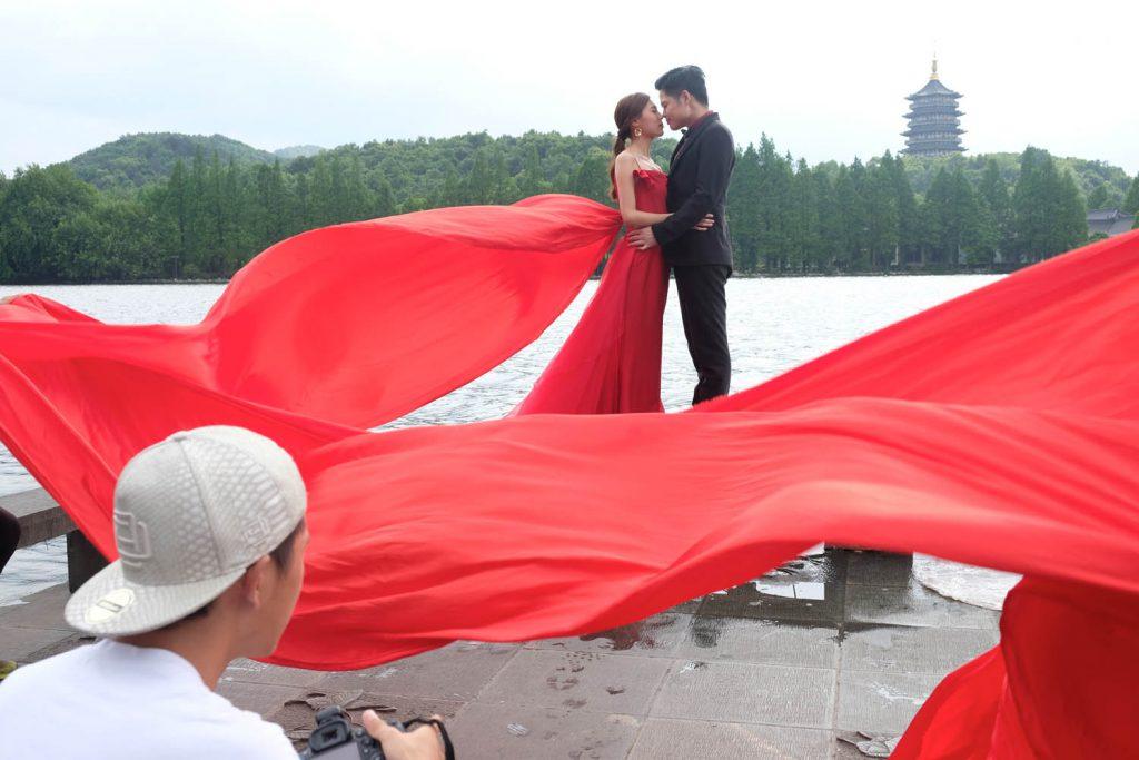 """Der Heiratsdruck innerhalb der Familien ist weiterhin enorm. Ab Ende zwanzig gilt eine Frau schon als shengnü, als """"übriggeblieben"""", alt und damit kaum noch vermittelbar. Allerdings stieg in den vergangenen Jahren auch die Scheidungsrate deutlich an."""