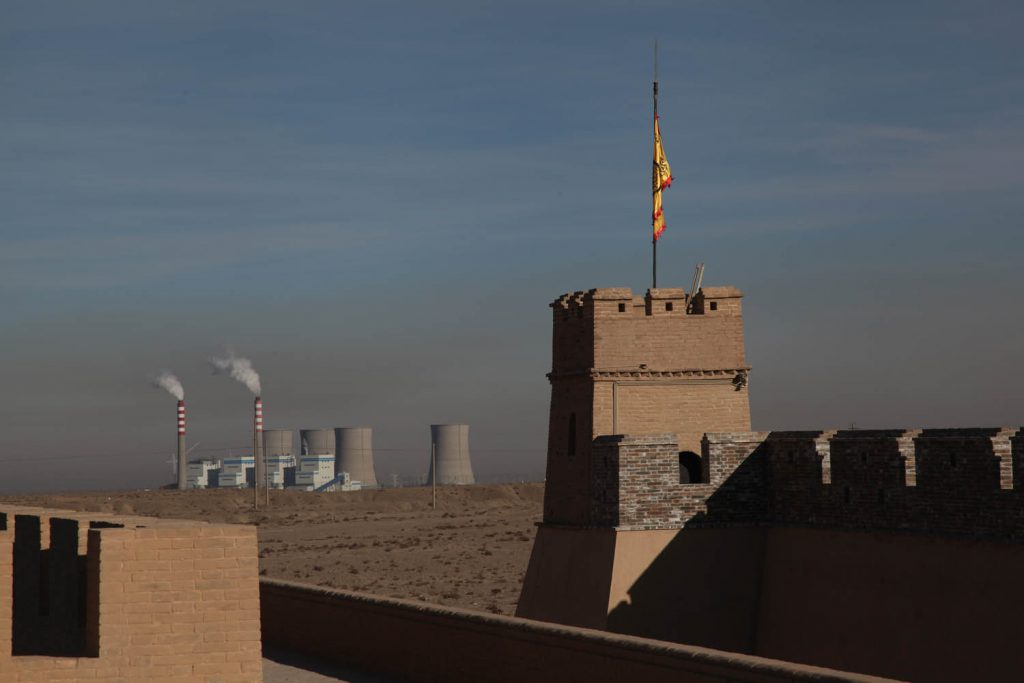 Manchmal liegen Alt und Neu auch ganz nah zusammen. Das Bild zeigt das Fort von Jiayuguan in der Gansu-Provinz.