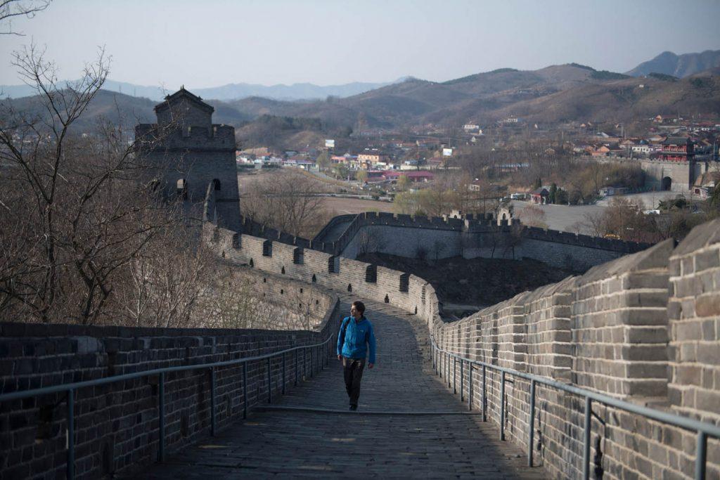 Große Mauer bei Dandong: Mit hoher Kunstfertigkeit wurden viele Teilstücke des gigantischen Bauwerks restauriert. Allerdings geht durch diese Art von Neubau häufig die Aura verloren. © Stefen Chow