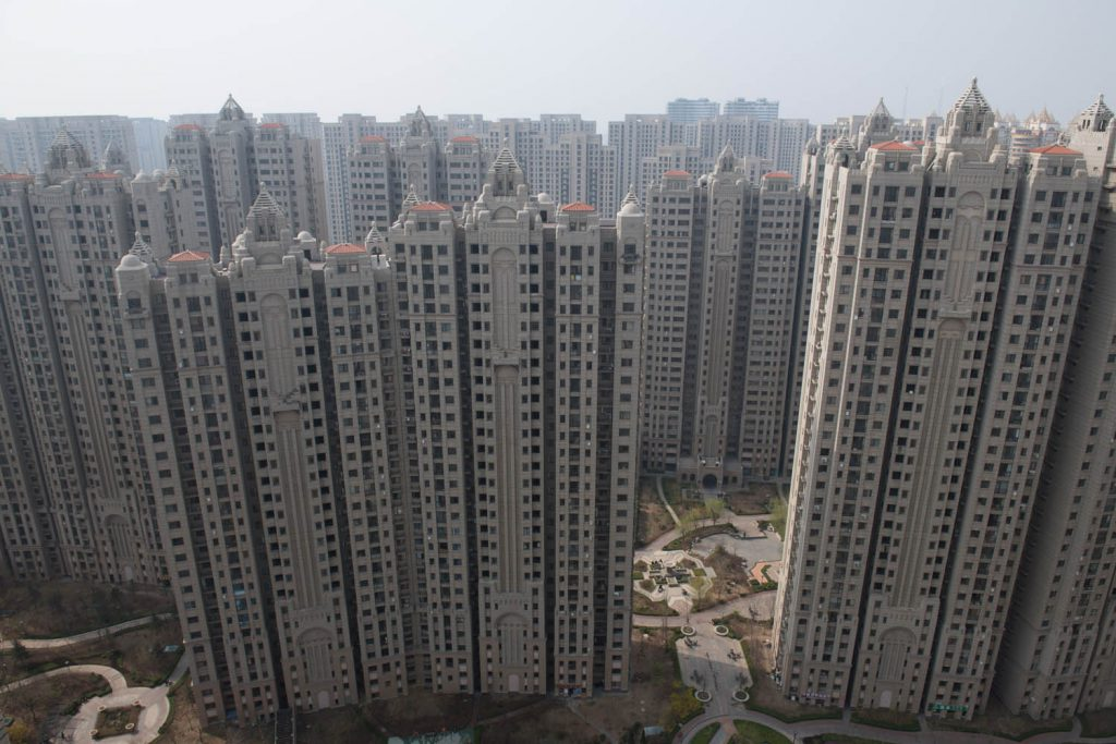 Die rasante Entwicklung, die China in den vergangenen 30 Jahren durchmachte, ist historisch einzigartig. Doch erst vor Ort beginnt man, die Dimensionen der entstandenen Infrastruktur zu begreifen (im Bild: Wohnhäuser in Dalian, Liaoning-Provinz). © Stefen Chow