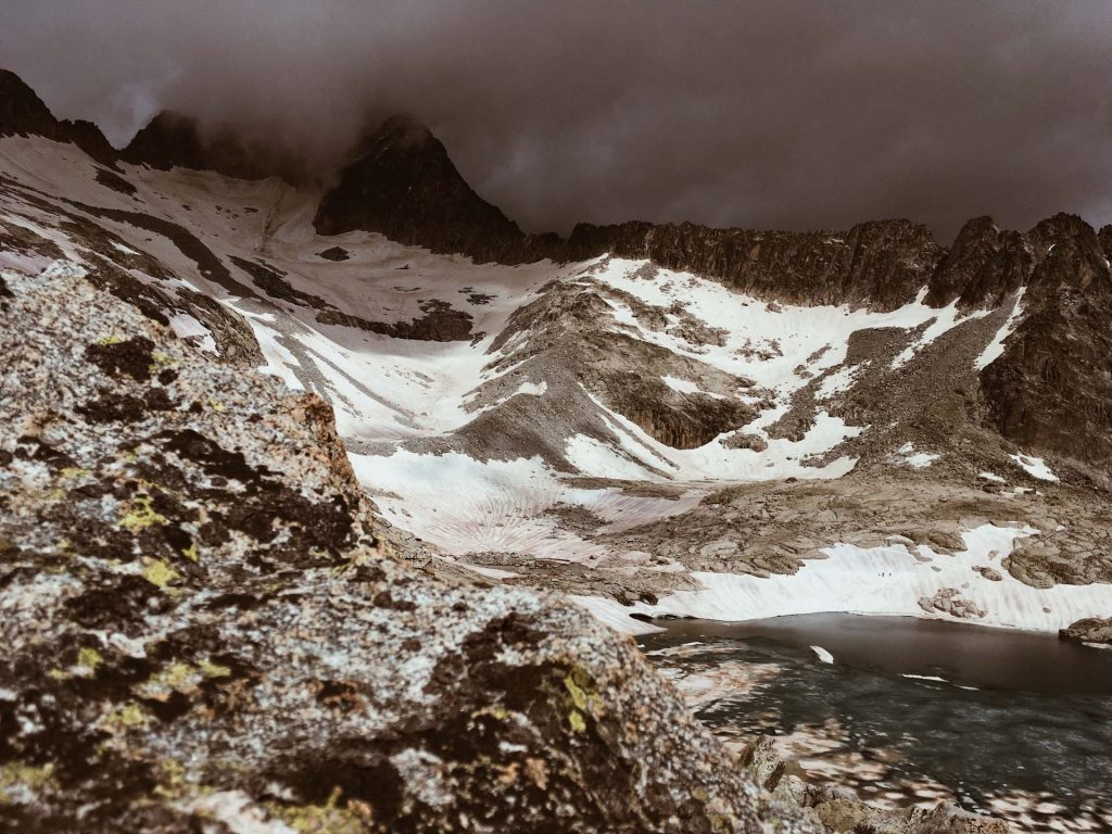 Das Wetter wechselt schnell hier ist der Gipfel des Aneto in den Wolken versteckt
